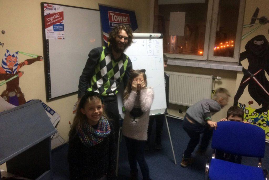 native speaker Robert w czasie lekcji angielskiego z dziećmi w TowerSchool